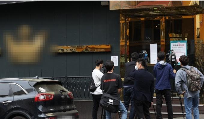 7일 오후 신종코로나 바이러스 감염증(코로나19) 확진자가 다녀간 서울 이태원의 한 클럽 앞에서 기자들이 취재를 하고 있다. 연합뉴스 제공