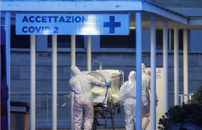 이탈리아 의료진이 음압형 들것으로 코로나19 환자를 이동시키고 있다. EPA/연합뉴스 제공