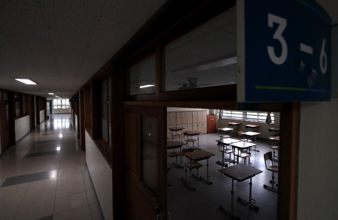 서울 이태원 클럽발 신종 코로나바이러스 감염증(코로나19) 집단 감염으로 학교들의 등교 재연기가 발표된 11일 오후 서울 성동구 성수고등학교 3학년 교실에 책상이 간격을 유지한 채 배치돼 있다. 연합뉴스 제공