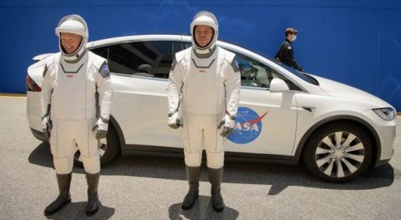 헐리와 벤컨의 우주비행 성공과 무사귀환을 기원합니다.