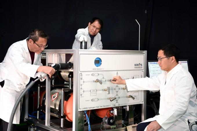 강웅 책임연구원(오른쪽) 연구팀이 수소 유량 교정시스템으로 유량계 평가를 하고 있다. 표준연 제공.