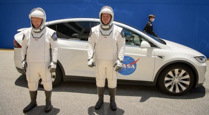 미국 우주비행사 더글러스 헐리(왼쪽)와 로버트 벤컨은 이달 27일 ′크루 드래건′을 탑승하고 국제우주정거장으로 향한다. NASA 제공