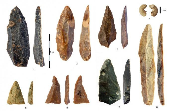 불가리아 베이초 키로 동굴에서 발굴된 석기다. 1~3, 5~7은 날카롭게 끝을 벼린 돌칼 및 그 조각이고, 8은 가장 긴 돌칼이다. 4는 뼈로 만든 것과 비슷한 장신구로 사암을 깎아 만들었다. 막스플랑크 진화인류학연구소 제공