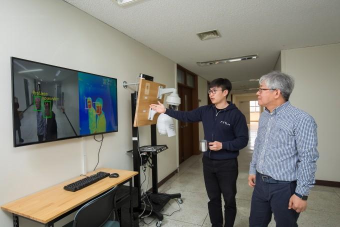 전문구 지스트 전기전자컴퓨터공학부 교수팀 안호연 연구원이 사람들의 발열과 얼굴인식을 동시에 할 수 있는 기술을 시연하고 있다. 전 교수는 시각 인공지능 전문가로 자율주행과 보안 분야 기술을 연구 중이다. 동아사이언스.