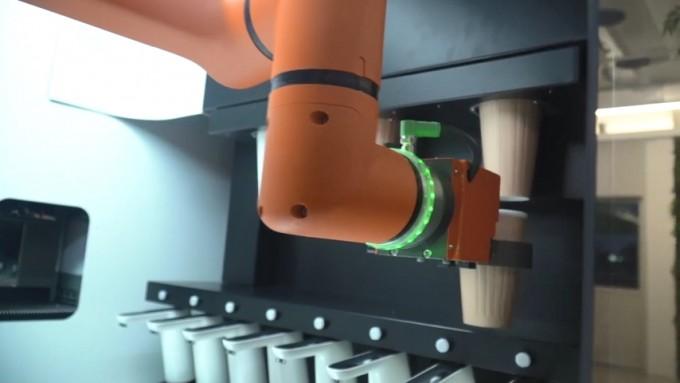 24시간 무인로봇카페 ′스토랑트′의 바리스타 로봇이 음료를 만들기 위해 컵을 옮기고 있다. 비전세미콘 제공