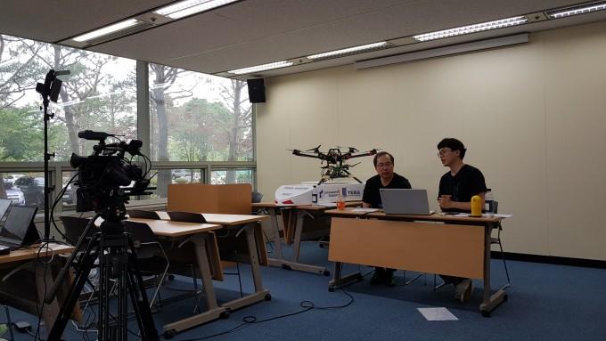 지난 30일 김정호 KAIST 전기및전자공학부 교수가 유튜브 라이브 방송을 통해 AI에 대한 청소년들의 질문에 답변하는 시간을 가졌다. 대전=이영혜 기자 yhlee@donga.com