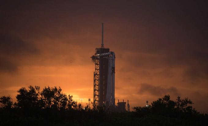 28일 새벽 5시 33분(한국시간) 미국 플로리다 케네디우주센터에서 스페이스X의 발사체 팰컨9(사진)이 역시 스페이스X의 유인 우주선 ′크루 드래건′을 싣고 발사된다. 두 명의 미국 우주인이 탑승하며 국제우주정거장(ISS)에서 임무를 수행한 뒤 귀환하게 된다. 미국에서 수행되는 유인우주비행은 9년 만이다. NASA 제공