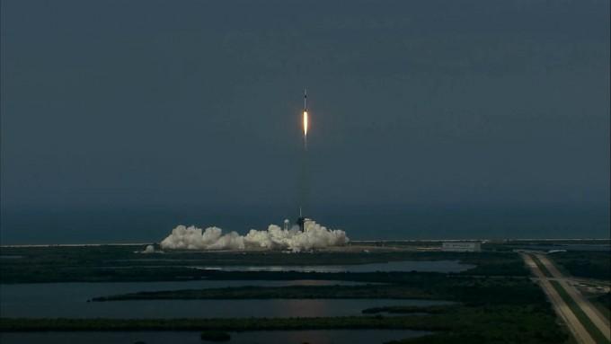 스페이스X의 유인우주선 크루드래건을 실은 재사용로켓 팰컨9이 31일 오전 4시22분(한국시간) 미국 플로리다주 케네디우주센터에서 힘차게 우주로 향하고 있다. NASA제공