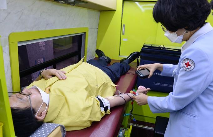 충청남도 한 공무원이 헌혈을 받고 있다. 대한적십자사 제공