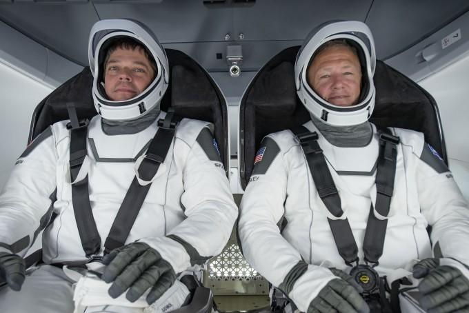 크루 드래건에 탑승할 NASA의 우주비행사 더글러스 헐리(왼쪽)와 로버트 벤컨의 모습이다. 헐리는 크루 드래건의 발사와 복귀를, 벤컨은 ISS 도킹을 담당한다. 헐리는 127번째와 135번째 우주왕복선 임무에, 벤컨은 123번째와 130번째 임무에 참여했다. 두 사람의 우주 임무 시간은 각각 683시간 12분과 708시간 17분이다. NASA 제공