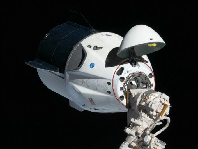크루 드래건이 지난해 3월 무인시험비행 중 ISS와 도킹하고 있다. NASA 제공