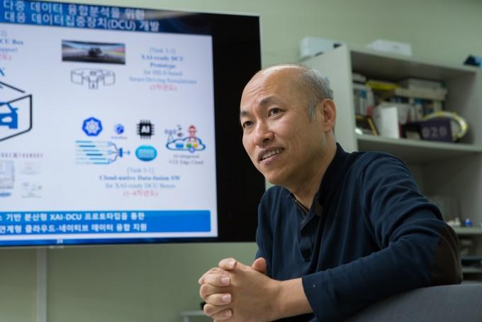 김종원 지스트 AI대학원 교수는 ″막대한 양의 데이터가 중요해지는 미래에 데이터가 흐르고 모여 융합되도록 뒷받침하는 인프라가 중요하다″고 강조한다. 동아사이언스.