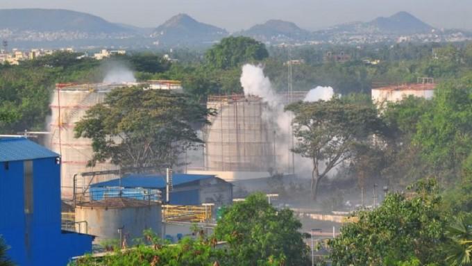 인도 남부 비사카파트남의 LG폴리머스인디아 공장에서 흰 연기가 새어나오는 모습이다. 트위터 캡쳐