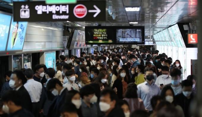 13일부터 서울 지하철이 혼잡할 때 승객은 반드시 마스크를 착용해야 한다. 마스크를 안 가져왔을 경우에는 역사에서 덴탈마스크를 구매할 수 있다. 연합뉴스 제공