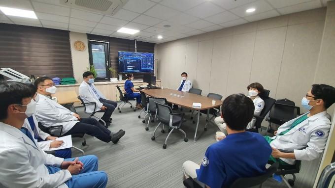 대책회의를 진행하고 있는 충남대병원 COVID-19 중환자 치료팀의 모습. IBS 제공