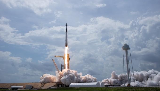 미국 우주개발기업 스페이스X의 유인 우주선 ′크루 드래건′을 탑재한 ′팰컨9′ 로켓이 미국 플로리다주 케네디우주센터 39A 발사대에서 한국시간으로 이달 31일 오전 4시 22분 발사되고 있다. 미국항공우주국(NASA) 제공