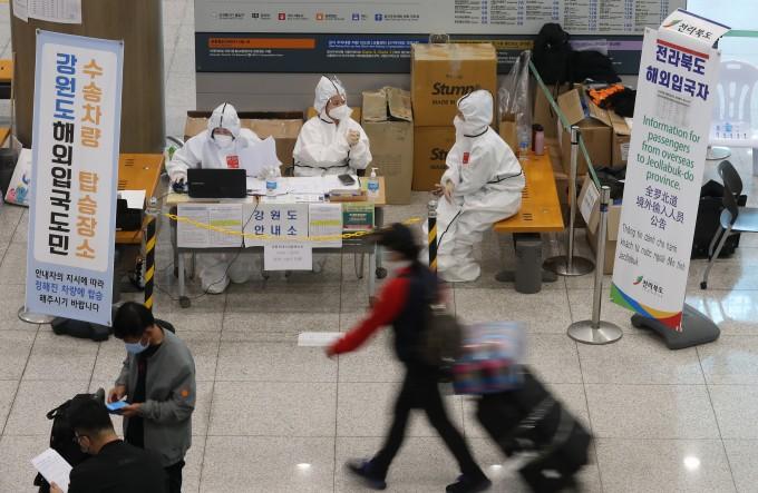 인천국제공항 1터미널에 마련된 해외입국자 전용대기소에서 관계자들이 업무를 보고 있다. 연합뉴스 제공