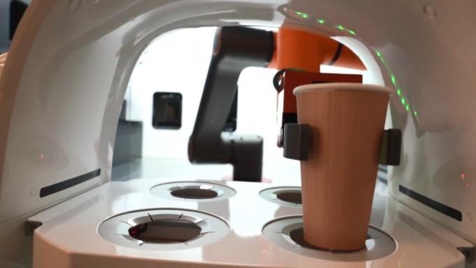 바리스타 로봇이 서빙로봇 ′토랑′에 음료를 전달하고 있다. 비전세미콘 제공