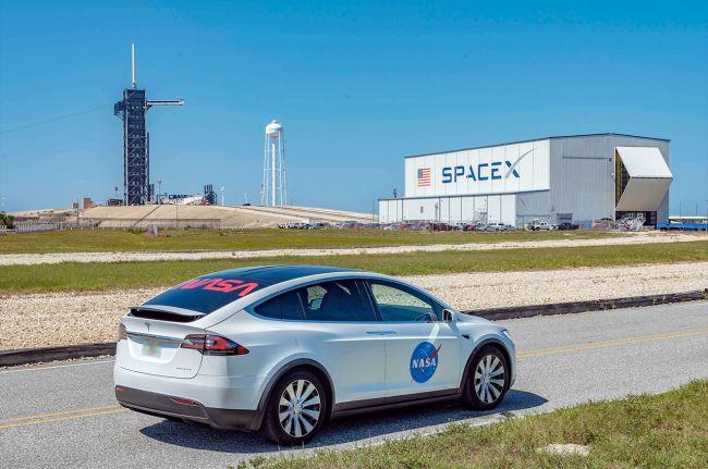 크루 드래건에 탑승할 우주인들이 타고 가게 될 테슬라의 ′모델 X′가 이달 13일 공개됐다. 차량의 옆면에 NASA의 로고인 ′미트볼′이, 뒷유리에 NASA의 옛 로고인 ′웜′이 보인다. 스페이스X 제공