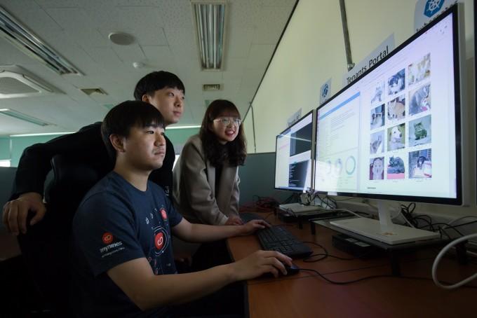 김종원 지스트 AI대학원 교수 연구팀이 AI 관련 데이터를 확인하고 있다. 동아사이언스.