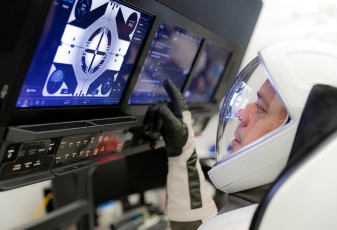 우주인 로버트 벤켄이 훈련을 받고 있다. NASA 제공