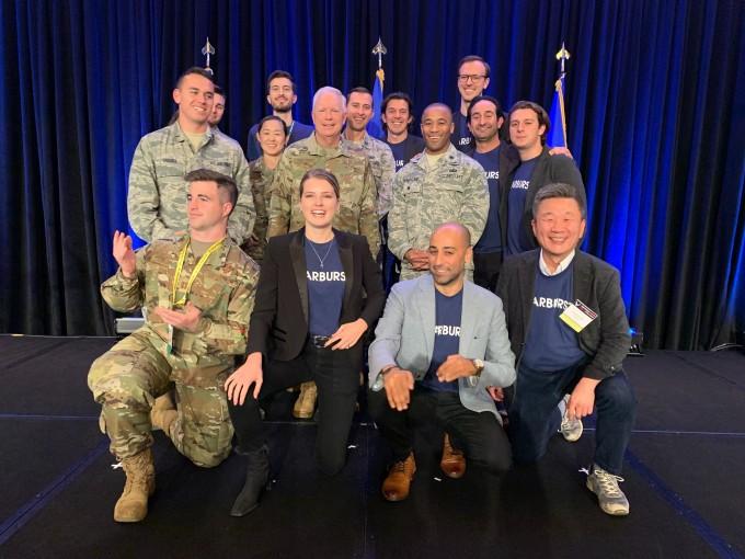 지난해 11월 미국 샌프란시스코에서 열린 미 공군 우주 피치데이 행사에서 미 우주 미사일 시스템 센터의 존 톰슨 중장 등 군관계자들과 스타버스트에어로스페이스 박종원 부사장 등 회사 관계자들이 함께 환하게 웃으며 기념촬영을 하고 있다. 스타버스트 제공