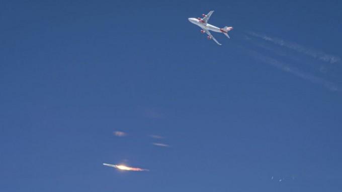 747를 개조한 ′우주소녀′(위)에서 분리된 위성 발사 로켓 ′런처원′의 엔진이 점화하고 있다. 버진 오비트 제공.