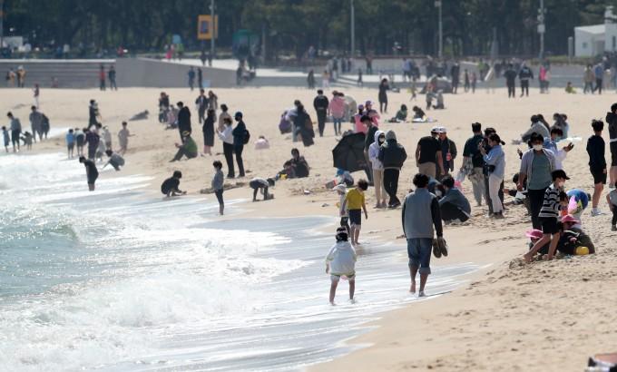 황금연휴 첫날인 30일 오후 부산 해운대해수욕장이 붐비고 있다. 연합뉴스 제공