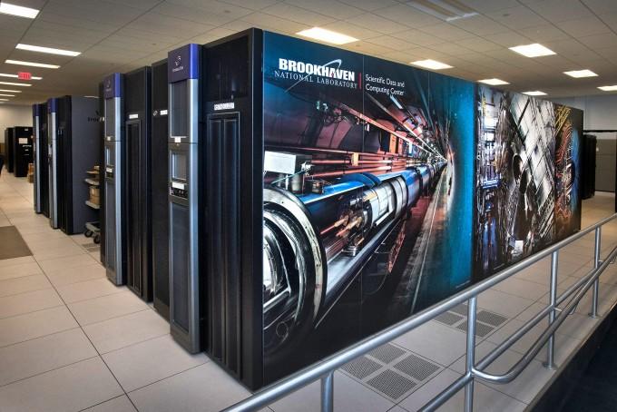 미국에너지부 산하 브룩헤이븐국립연구소는 자체 보유한 슈퍼컴퓨터를 이용해 코로나19 바이러스나 치료제의 구조를 밝히는 연구를 지원하고 있다. 여러 연구기관과 기업, 대학이 다양한 컨소시움을 구성해 코로나19 연구를 돕고 있다. 브룩헤이븐국립연구소 제공