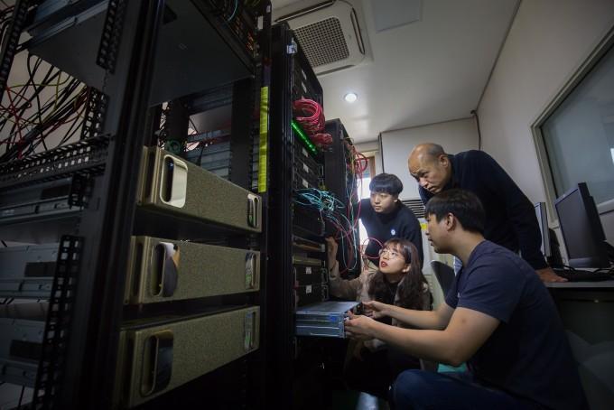 정부가 비대면 산업 육성과 AI 및 네트워크, 데이터 기술 개발을 골자로 한 디지털 뉴딜을 다룬 3차 추경안을 발표했다. 사진은 김종원 지스트 AI대학원 학과장팀이 네트워크를 살펴보는 모습니다. AI나 데이터 등 최근 유행하는 단어가 실제로 서비스로 실현되려면, 이들을 물 흐르듯 자연스럽게 흘러가게 하고 저장하게 할 안정적이고 효율적인 네트워크 인프라가 필수다. 최근에는 AI, 데이터, 네트워크가 한 데 결합해야 한다는 인식도 널리 퍼져 있다. 김 교수는 AI 클라우드 데이터센터 구축을 통해 이들을 통합하고 AI 서비스 테스트베드로 활용하려는 노력도 기울이고 있다. 동아사이언스.