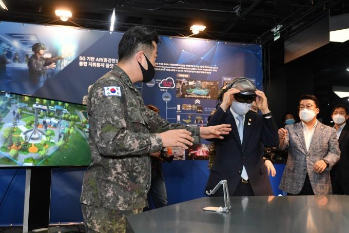 13일 오후 서울 상암동 한국 VR-AR콤플렉스(KoVAC)에서 개최된 K-실감스튜디오 개소식에서 최기영 과학기술정보통신부 장관이 입체콘텐츠 시연을 하고 있다. 과학기술정보통신부 제공