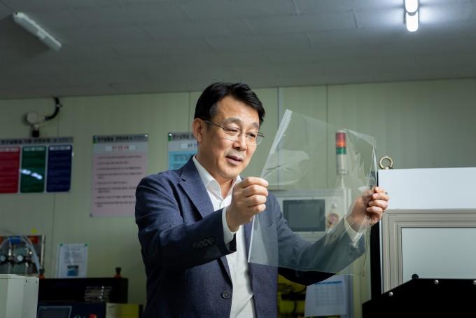 김대업 한국생산기술연구원 탄소소재응용연구그룹 수석연구원 연구팀이 외부 온도 변화에 따라 태양광 적외선 투과율을 스스로 조절해 실내온도를 유지해줄 수 있는 스마트 윈도우 제조기술을 개발했다. 한국생산기술연구원 제공