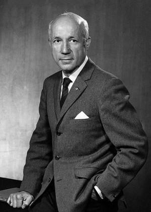 2차 세계대전이 끝난 뒤 캐먼과 루벤을 이어 광합성 연구를 맡게 된 멜빈 캘빈은 앤드류 벤슨, 제임스 바삼과 함께 탄소14를 이용해 광합성 대사물을 규명하는 데 성공했다. 이 업적으로 캘빈은 1961년 노벨화학상을 단독으로 수상했다. 위키피디아 제공