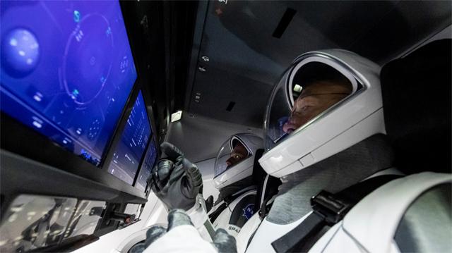 스페이스X의 유인 우주선 '크루 드래건'에 탑승한 우주인들이 계기판을 조작하고 있다. 스페이스X 제공