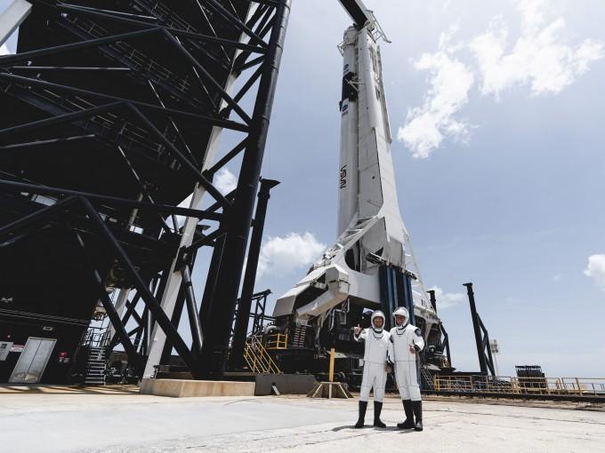 미국항공우주국(NASA) 소속 우주인 더글러스 헐리와 로버트 벤컨이 31일 오전(한국시간) 발사 3시간 전 팰컨9 로켓 앞에서서 자세를 취하고 있다. 스페이스X 제공