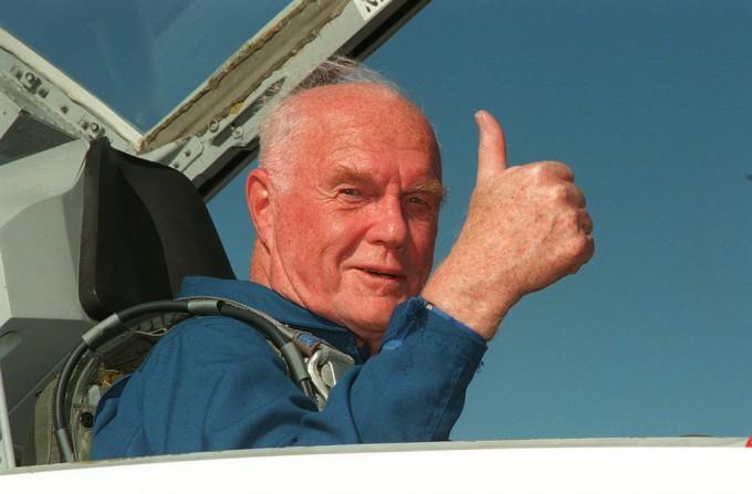 존 글렌은 미국 우주선을 타고 처음으로 지구를 돈 우주비행사로 이후 정계에 진출했다가 은퇴했다. 1998년 디스커버리 우주왕복선에 탑승하는 모습이다. NASA 제공
