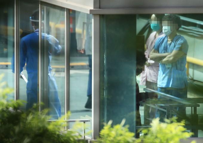 삼성서울병원 간호사 4명이 신종 코로나바이러스 감염증(코로나19) 확진 판정을 받은 가운데 20일 강남구 삼성서울병원 야외주차장 옥상에 차려진 코로나19 검사소에서 의료진을 비롯한 병원 관계자 등이 검사를 위해 대기하고 있다. 연합뉴스 제공