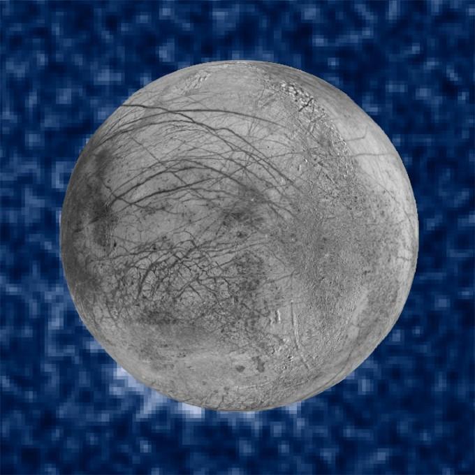 2014년 허블우주망원경이 촬영한 유로파의 모습이다. 7시 방향에 희미하게 촬영된 뾰족한 형태가 플룸으로 추정됐다. 하지만 해상도가 낮아 정확하게 밝혀진 상태는 아니다. 최근 2년 사이에 미국과 독일 연구팀은 과거 유로파를 근접조우했던 갈릴레오 탐사선의 자료를 재분석해 이곳에 플룸이 존재한다는 증거를 발견했다. NASA/ESA 제공
