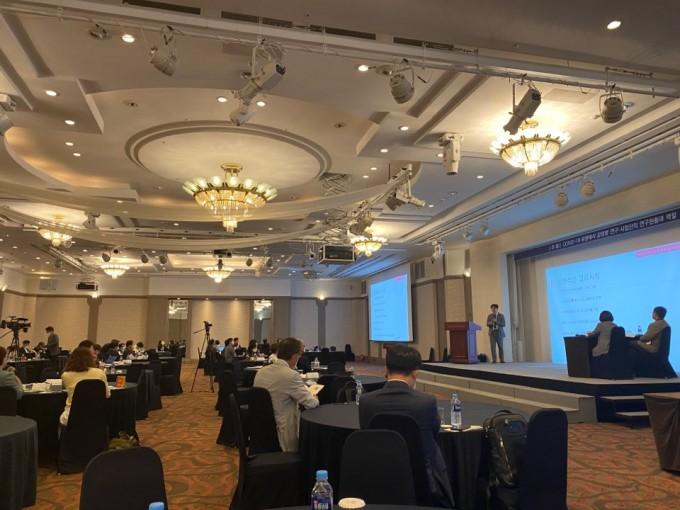 20일 서울 마포구 마포가든호텔에서 열린 '코로나19 유행에서 감염병 연구 사업단의 연구현황과 역할' 심포지엄이 진행되고 있다. 고재원 기자 jawon1212@donga.com