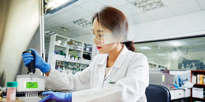 셀트리온 연구진이 실험실에서 코로나19 항체 치료제 개발을 위한 항체 결합력 시험을 하고 있다. 셀트리온 제공
