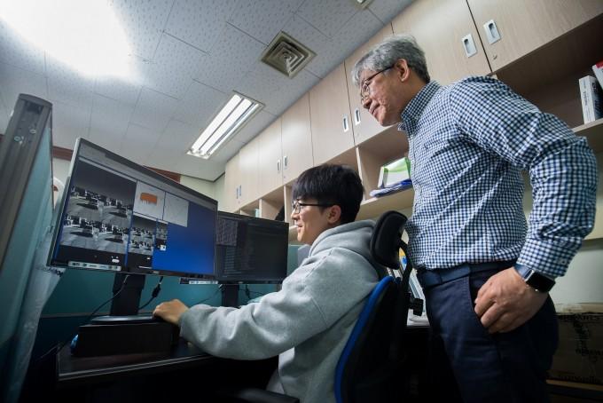 전문구 지스트 전기전자컴퓨터공학부 교수팀이 자율주행차의 운행 결과를 살펴보고 있다. 동아사이언스.