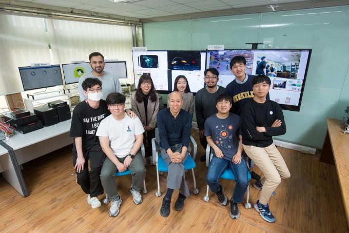 김종원 지스트 AI대학원 학과장 연구실 가족이 한 자리에 모였다. 동아사이언스.