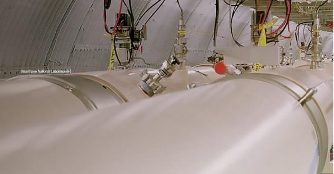 가속기 RHIC의 모습. 두 진공관에서 입자 다발이 서로 반대 방향으로 움직인다.