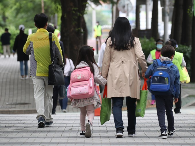 서울의 한 초등학교에서 어린이가 2일 오전 등교하고 있다. 연합뉴스 제공