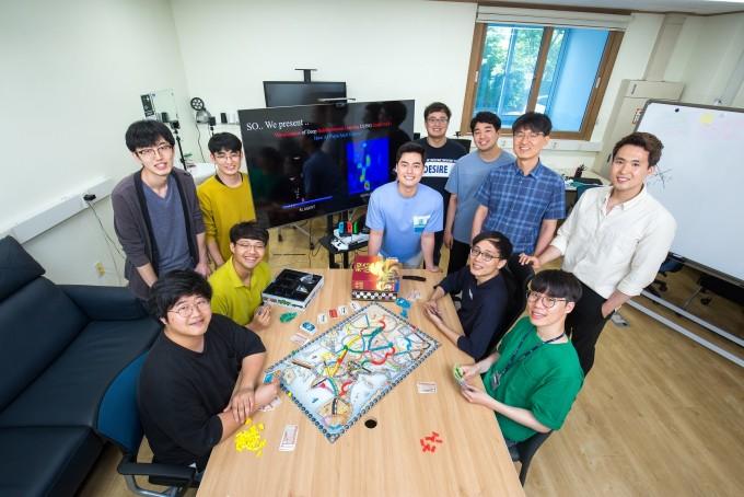 김 교수팀 연구실에는 다양한 게임이 구비돼 있다. 게임도 종류에 따라 다양한 형식과 룰(규칙)을 지니고 있기 때문에, 이런 다양성과 복잡성에 대응하는 AI를 연구하기 위해서는 게임도 연구가 필수다. 동아사이언스