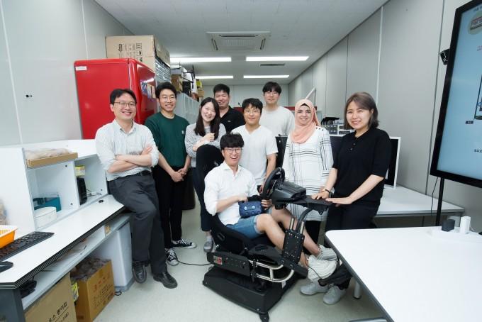 김승준 광주과학기술원(지스트) 융합기술학제학부 교수과 연구원들이 한 자리에 모였다. ⓒ동아사이언스