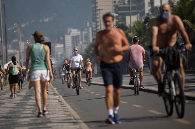 브라질 리우데자네이루 시민들이 신종 코로나바이러스 감염증(코로나19) 제한 조치가 완화되자 6월 2일(현지시간) 이파네마 해변에서 운동하고 있다. AP=연합뉴스 제공