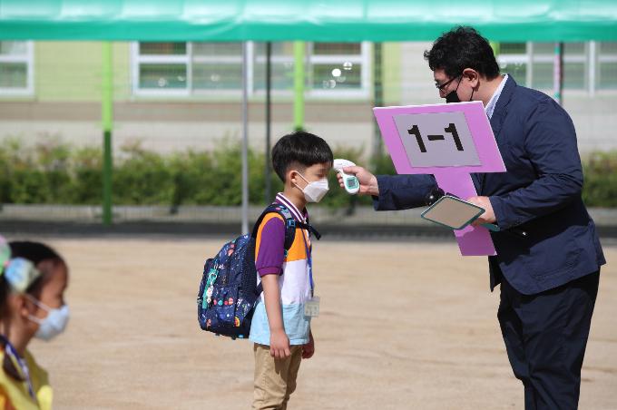 대구 수성구 범어동 동도초등학교에서 선생님이 1학년 신입생의 발열 여부를 체크하고 있다. 연합뉴스 제공