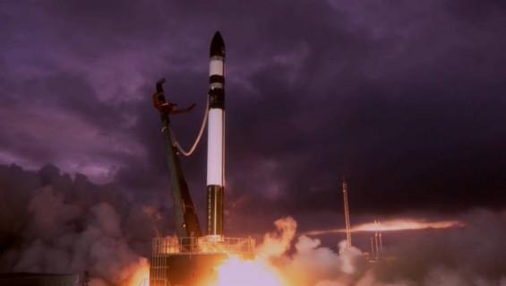 재사용로켓과 소형로켓 상징하는 두 우주기업 4시간 간격 발사