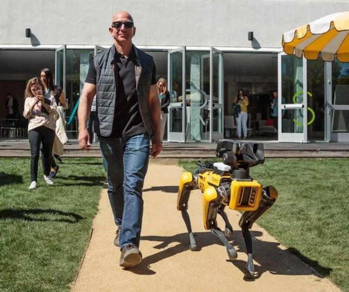 제프 베이조스 아마존 최고경영인(CEO)이 보스턴 다이내믹스의 로봇개 ′스폿′과 산책을 나가는 모습이다. 제프 베이조스 트위터 캡처.